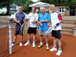 Vorrundenspiel im Doppel (von links): Die späteren Clubmeister 2015 Peter Lehnen und Timo Fröhlich gegen Jürgen Breitenstein und Klaus-Dieter Jahn.