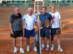 Tennis zu viert (von links): Karl-Heinz Ziegenbein und Gerrit Hesselink unterlagen den ungeschlagenen 2. im Doppel Arndt Stollberg und Martin Kanthak.