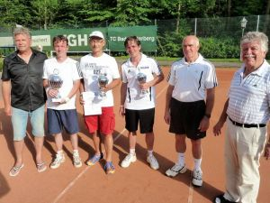 Bei der Siegerehrung (von links): Ernst Kettler (3. Doppel), Hartmut Reinbender (1. Einzel), Michael Wald (3. Doppel), Timo Fröhlich (2. Einzel), Harald Fieker (Sportwart) und Gero Fröhlich (1. Vorsitzender).
