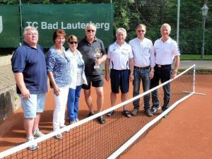 Die Siegerehrung – (von links) Dieter Gattermann (Spielplangestalter), Giesela Dunkel (2.), Karin Duncan-Laubner (2.), Karl-Heinz Ziegenbein (Sieger), Gero Fröhlich, Dieter König und Klaus-Dieter Jahn (2.).