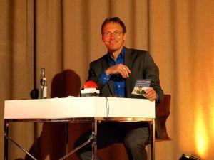 Dieter Baumann beantwortet gerne die Fragen des Publikums – und auch gerne mit einem Augenzwinkern.