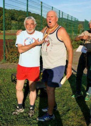 Wettkampf-Organisator Jean-Marc Rheder mit dem Abräumer der Altersklasse M 75 Hartmut Behrendt (SV Lindenau Leipzig).