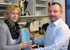 Harald  Liebau bedankt sich bei Heike Bieling für ihren unermüdlichen Einsatz.