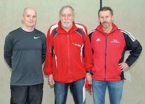 Besondere Ehrung: Mario Ludwig (l.) und Rainer Behrens (r.) überreichten Klaus Dieter Schlenczek die Silberne Ehrennadel des DLV.