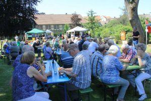 Blick zu den zahlreichen Gästen des Parkfestes