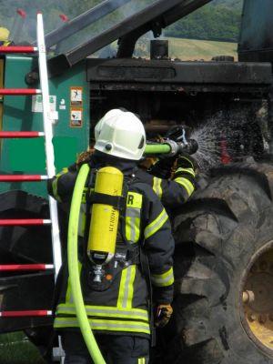 Mit Hilfe von Steckleiterteilen konnten auch die höherliegenden Teile des Forstspezialschleppers sicher erreicht werden.