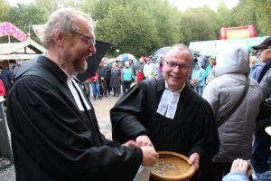 Pastoren Reinhard und Lenz beim Zählen der Kollekte