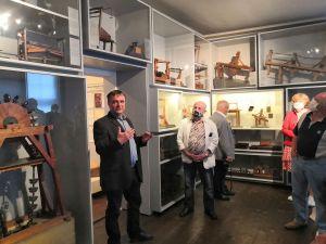 """OBM-Museumsleiter und TRAFO-Projektleiter Ulrich Reiff präsentiert den """"überdimensionalen Setzkasten"""" für die umfangreiche Modellsammlung, der dank des TRAFO-Projekts realisiert werden konnte (Foto: Stiftung UNESCO-Welterbe im Harz)"""