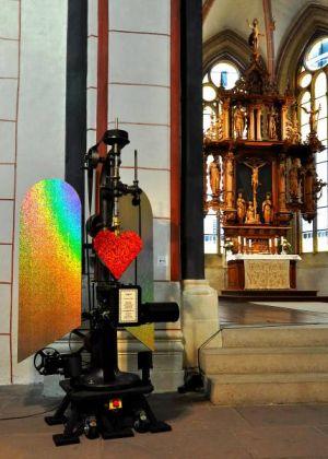 """Kinetisches Objekt """"Amor"""" als Spendensammler in der Marktkirche Goslar."""