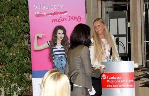 Informieren und vielleicht sogar wachrütteln: Tamara Lenz, Leiterin der Abteilung Marketing aus der Sparkasse Osterode am Harz, begrüßt die Referentin.