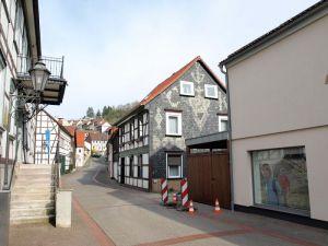 Gegenüber des Heimatmuseums (links) soll eine Ein- und Ausfahrt für den neuen Parkplatz entstehen.