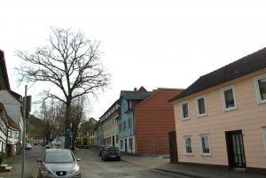 Eine zweite Parkplatzausfahrt soll zur Schulstraße hinausgehen und die Belastung besser verteilen.