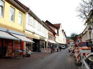Die Gebäude Hauptstraße 121 (Kinder-Rudolphi, vorn) und 123 (Mamma Mia und Eiscafé Martini, daneben) werden abgerissen. Die Vorarbeiten dazu – Rückbau der Anschlüsse – haben begonnen.