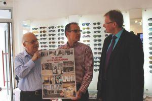 Bürgermeister Dr. Thomas Gans kam, um Vater und Sohn zum Firmenjubiläum zu gratulieren