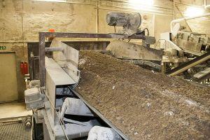 Nach der Sortierung wird das Gestein gebrochen, anschließend gemahlen und bei Bedarf auch noch gebleicht.