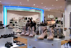Passende Schuhe liefert das Schuhgeschäft Frölich.