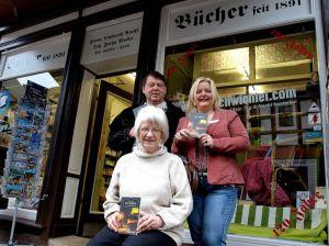Feiern das Jubiläum mit einer waschechten Buchpremiere: Bald-Ruheständlerin Freya Moller, Neu-Inhaberin Susanne Kinne und Autor Helmut Exner.