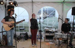"Die Osteroder Band ""Only Pretending"" bringt gute Musik ins Festzelt."
