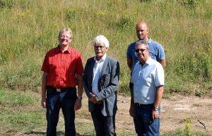 Wollen eine jahrzehntelang brachliegende Fläche beleben (von links): Bürgermeister Dr. Thomas Gans, die Vertreter der Investoren Rolie Tromp und Aaldert van der Wal (hinten) sowie Architekt Thomas Petermann.