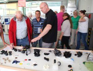 Karsten Kühn, Leiter Werkzeugbau, erklärt den Besuchern die unterschiedlichen Endprodukte