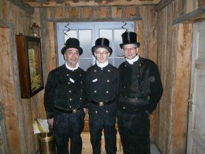 Gerold Hoffmann (links) und Marcel Facius (rechts) gratulieren Nicolas Probst zu seinem Erfolg