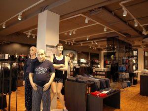 In der Abteilung für Herrenwäsche begrüßen alte Bekannte die Kundinnen und Kunden.