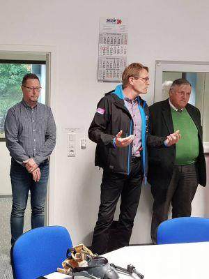 Dr. Sven Vogt, der Geschäftsführende Gesellschafter von KKT Frölich Lerbach, gab einen ausführlichen Überblick über das Unternehmen. Links im Bild Klaus Wahle, Werksleiter bei KKT, rechts Rotarymitglied Volkmar Keil