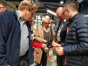 Mathias Melzer (links), Wencke Schwickert-Marquardt und Clubpräsident  Hinrich Bangemann lassen sich von Lars Müller die Einzelkomponenten erklären