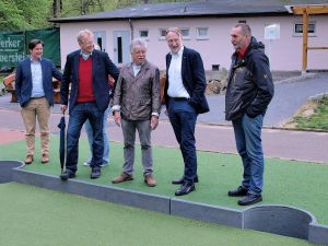 Stolz präsentiert Gero Fröhlich (Mitte) das in der Region bisher einzigartige Fußball-Billard.
