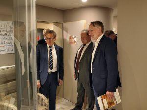 Erik Cziesla (Mitte) führt Bernd Lange (r.) und Karl Heinz Hausmann durch das neu gestaltete Hotel Muschinsky...