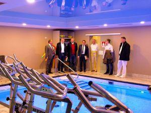 """...in dessen Schwimmbad ebenfalls Therapien stattfinden – zum Beispiel mit den Hydroridern, im Wasser stehenden """"Aquabikes""""."""