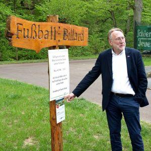 """""""Das zeigt, wie Europa vor Ort wirken kann"""": Bernd Lange freut sich über das LEADER-Schild am Eingang zur Anlage."""