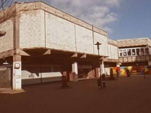 Auch der ehemalige Kaufhof mit seiner typischen Bauweise aus den Siebzigern mit viel Beton störte das Stadtbild erheblich.