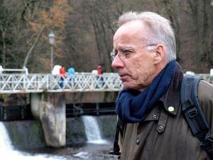 Heiner Scholing hört am Scholmwehr aufmerksam zu…