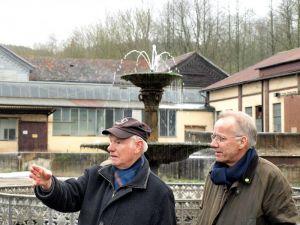 …und bekommt von Hans-Heinrich Hillegeist den Hüttenbrunnen…