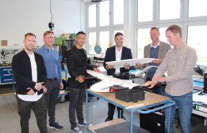 Von rechts: Alexander Helbing erklärt den VTOL; weiter: Daniel Quade, Konstantin Kuhle, Philipp Rösler, Marcel Deppe, Tobias Hungerland.