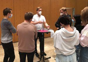 Im Gespräch mit Schülerinnen und Schülern: Dr. Thomas Goes (die Linke)...