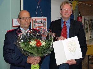 Seit 1970 in der Feuerwehr: Martin Dannhauer (links) mit Bürgermeister Thomas Gans.