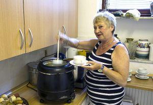 Zur Stärkung gab es deftige Suppen, serviert von Ira Bierwirth.