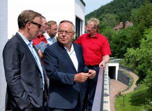 Auf der Dachterrasse einer Patientensuite: Thomas Oppermann im Gespräch mit Horst Gollée – im Hintergrund reden Uwe Speit, Björn Gollée und Thomas Gans miteinander.