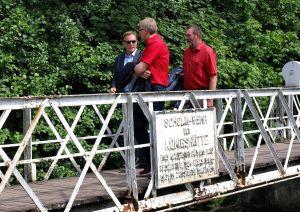 …der Bundestagsabgeordnete verspricht den Lokalpolitikern, sich in Sachen Sanierung der Brücke einzusetzen. (Fotos: Boris Janssen)