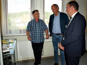 Jens Risting (l.) erläutert Fritz Güntzler (M.) und Andreas Körner ein paar besondere Schätze aus vergangenen Ermittlungen.