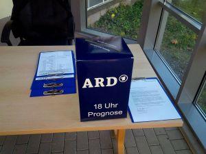 Zweite Wahlurne: Die Wahlforscher von Infratest dimap haben für ihre 18-Uhr-Prognose in der ARD auch die Wählerinnen und Wähler des Bad Lauterberger Wahlbezirks Rathaus befragt.