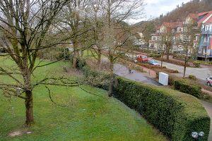 Die Ruhezone des Hotels Revita (links) und das Hotel Weber-Müller (rechts im Bild) liegen direkt am Kurpark, wo nach Plänen der CDU der neue Spielplatz gebaut werden soll.