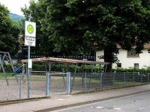 Der provisorische Unterstand an der Bushaltestelle soll durch ein richtiges Wartehäuschen ersetzt werden.