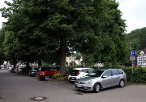 Die Parkplätze an der Schule reichen nicht mehr aus…