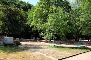 Platz verbraucht: Der im Bau befindliche Minigolfplatz rückt schon bis fast an den Verlobungsstein (im Bild links) heran. Dahinter soll am Kurpark nichts verändert werden.