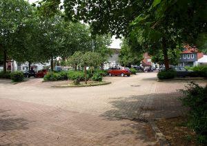 Das Personal der Grundschule am Hausberg kann gerne an der Schanzenkreuzung parken – aber soll es dafür auch bezahlen?