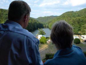 Darum geht es: Ute Kruse zeigt Ulf Thiele das Wiesenbek-Panorama.