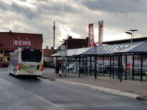 Der Busbahnhof vor dem Rewe-Supermarkt ist von den Baumaßnahmen nicht betroffen, er bleibt erhalten.